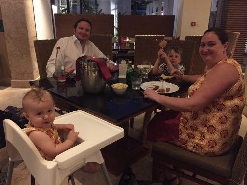 Familjen äter thaimat på J W Marriott