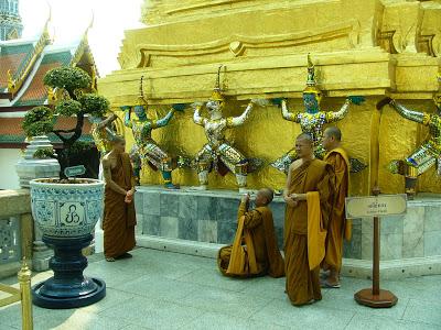 Munkar fotar varandra i Grand Palace i Bangkok