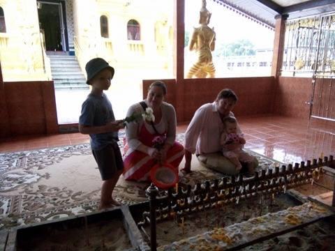 Familjen i ett buddistiskt tempel