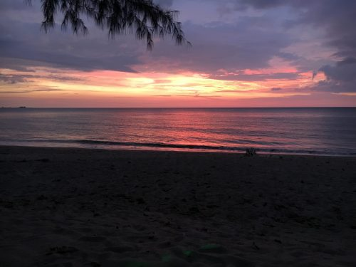 Strand i solnedgång