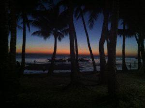 Sydostasiatisk strand i solnedgång