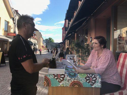 Birgitta Ohlsson signerar böcker