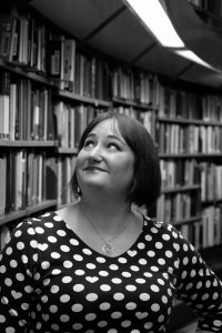 Hanna med böcker foto Christine Öberg