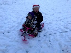 Barnen åker snowracer