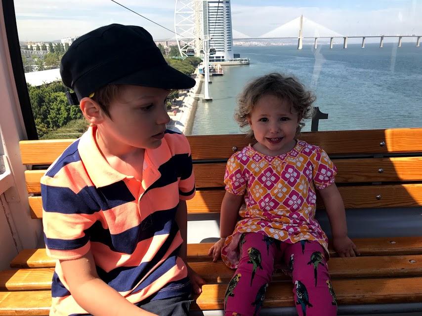 Barnen åker linbana i Lissabon