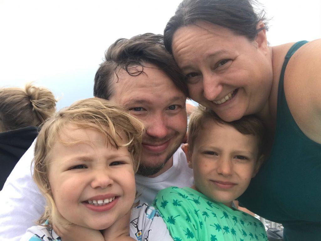 Hela familjen på båten till Landsort