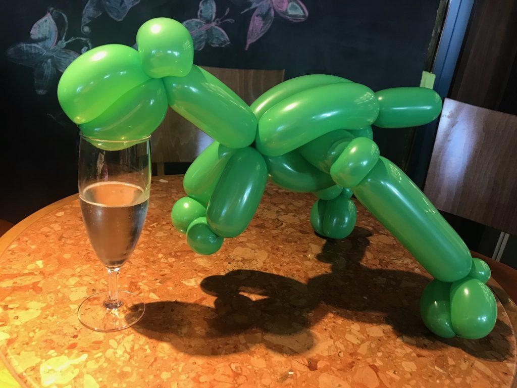 Ballong-dinosaurie dricker bubbel