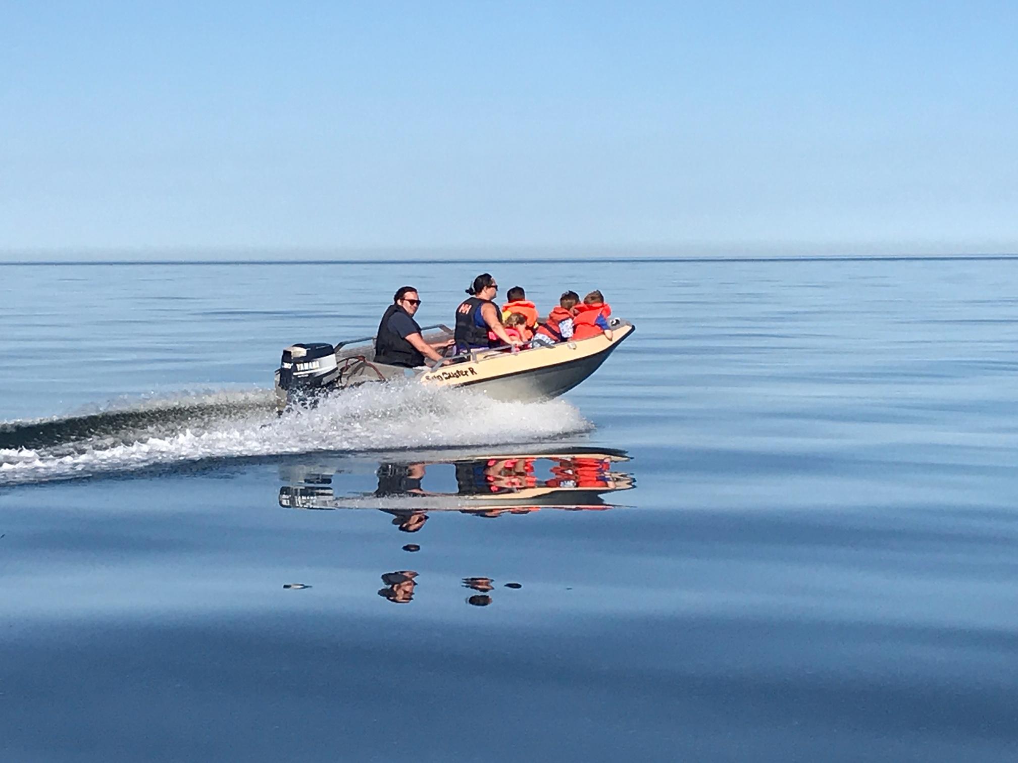 Båt på spegelblankt hav sommaren 2019