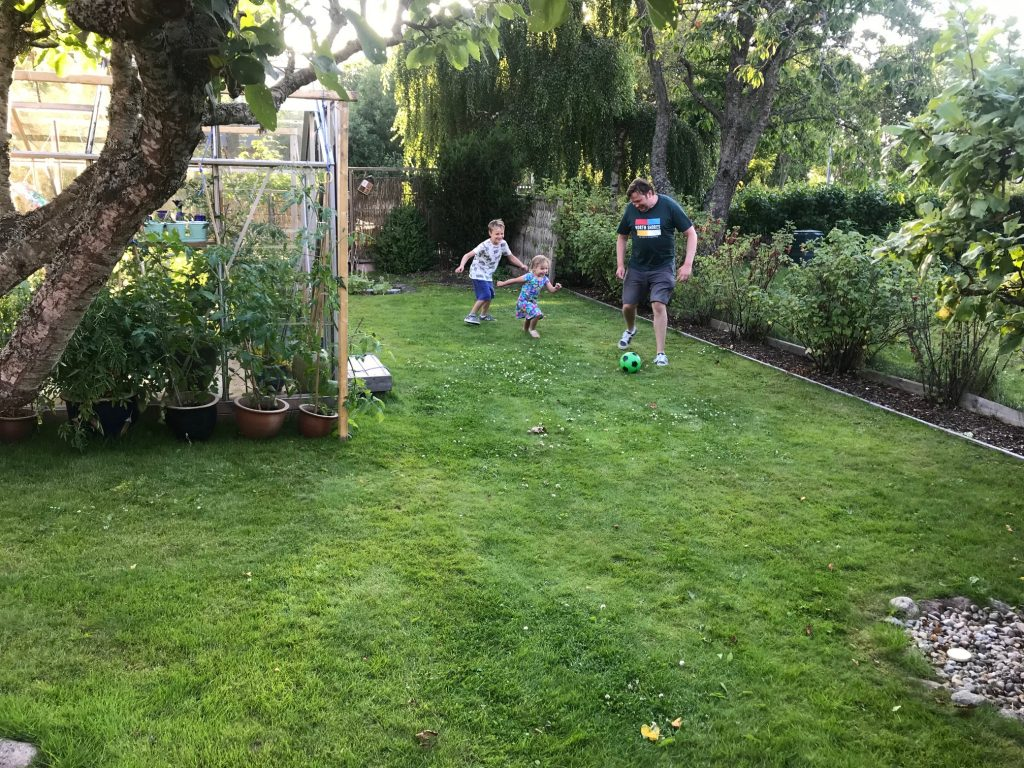 Fotboll i trädgården på Majåker