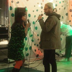 Bibliotekskatten och hennes bror sjunger karaoke