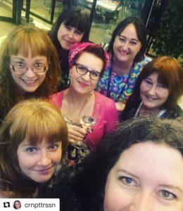 Mingel-groupie med delar av bokbloggarmaffian
