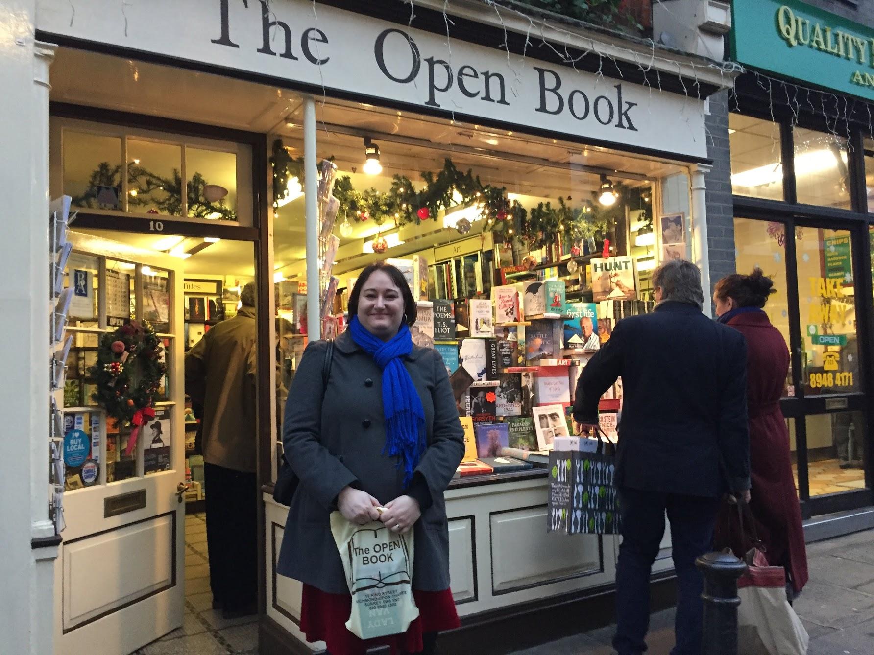 Jag utanför lokal bokhandel i London 2014.