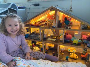 Selma och hennes dockskåp