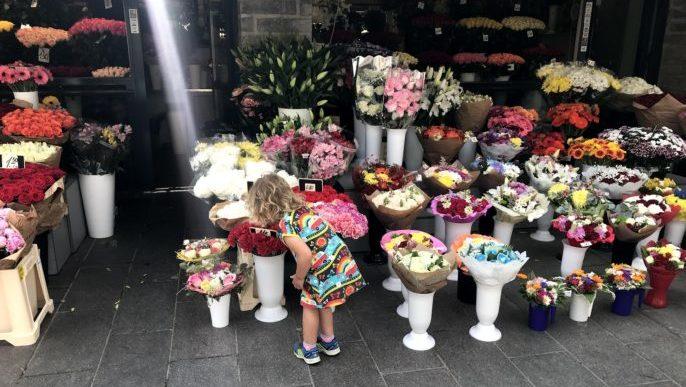 Blomsterförsäljning i utkanten av Gamla Stan i Tallinn