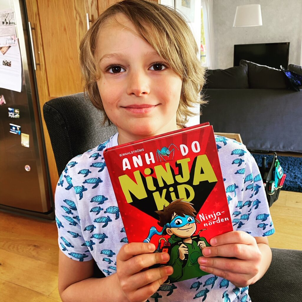 Hugo läser Ninja kid av Anh Do
