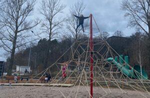 Hugo och Selma klättrar