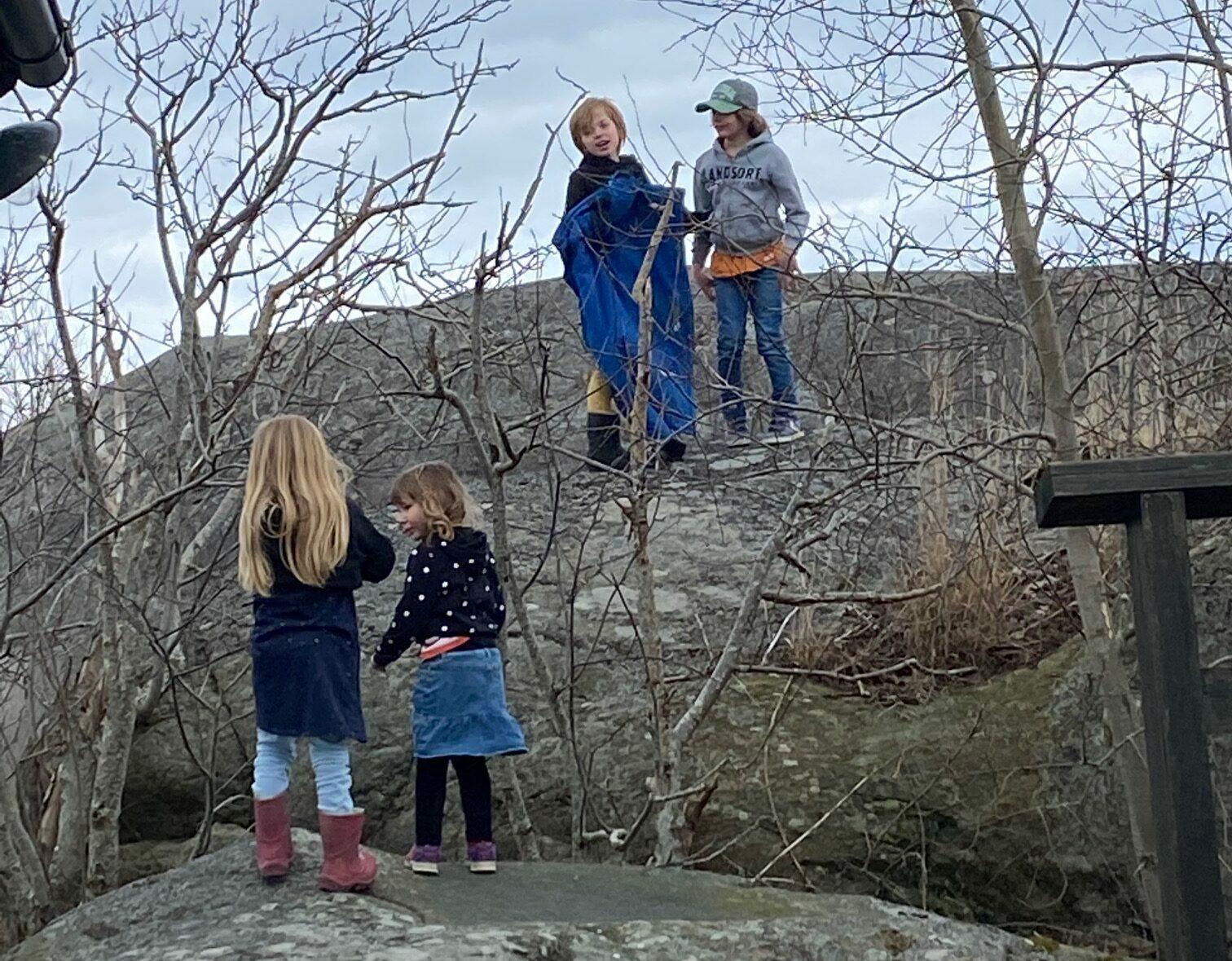Fyra barn som leker på Landsort påsken 2021