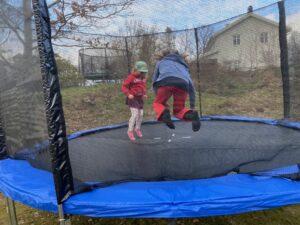 Barnen hoppar studsmatta